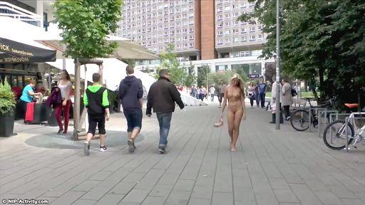 Превью фото Светловолосая чешка хвастает перед городом своим шикарным телом
