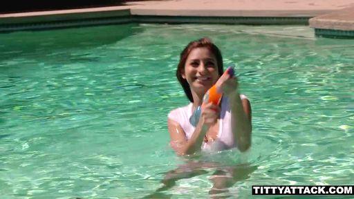 Превью фото Аппетитная студентка в маечке делает минет возле бассейна