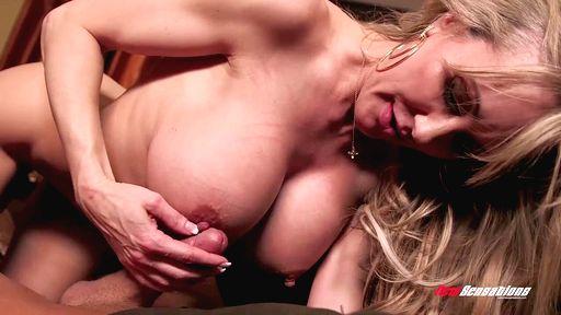 Превью фото Зрелая дама с большой грудью красиво трахается бочком