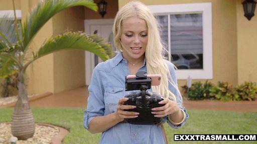 Превью фото Миниатюрная блондинка отсосала шланг лысого амбала в позе 69 стоя
