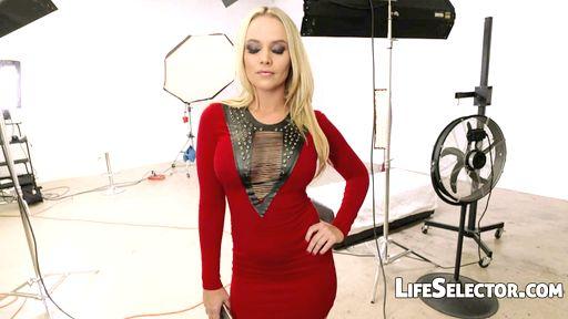 Превью фото Блондинка сияет в роскошном белье от первого лица