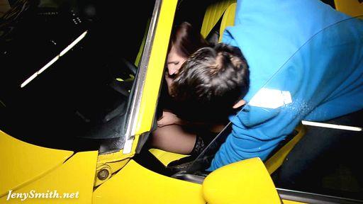 Превью фото Подтянутая барышня в чулках ходит с голой жопой у авто