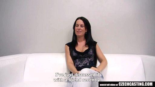 Превью фото Чешская мамочка в джинсах на кастинге от 1-го лица