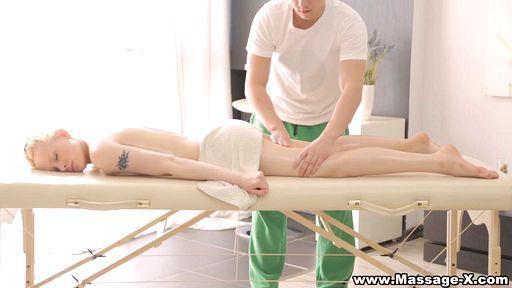 Превью фото Замасленная блондинка расположилась к сексу с массажистом